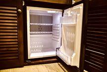 Первый этаж / Комфорт и уют уже много лет являются основными преимуществами нашего отеля. Каждый номер оснащен телевизором, холодильником, ванной комнатой.
