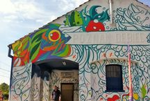 Swanski/ Street Art / Swanski pozostawił po sobie kolejny świetny projekt, tym razem na stacji PKP – Poznań Dębiec. Był to projekt Let's Color by Dulux, który miał zaangażować lokalną społeczność.  Swanski najpierw namalował wielki szkic całego projektu i zaznaczył odpowiednio co jaki ma mieć kolor, następnie blisko 150 osób wzięło się do wspólnego malowania stacji nadając jej nowy kolorowy charakter.  Poniżej możecie obadać co zdziałał Swanski, lokalna społeczność i marka Dulux.