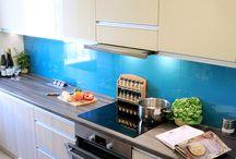 Przyjemna lekkość bytu w Twojej kuchni / Delikatne zestawienie akrylu w kolorze kremowym z bielonym dębowym frontem Wiech budzi przyjemne odczucie komfortu i subtelnej elegancji. Dodatkowej głębi nadają szklane niebieskie panele Lacobel. Wszystko dopełnia blat Pfleiderer. Uchwyty Zobal, zlew Franke, okap Falmec, AGD Bosch.