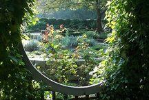 Havens møbler / Det er kun fantasien der sætter grænser for hvilke møbler haven kan fyldes op med :-)