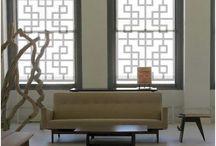 Raambekleding / Nieuwe kozijnen vragen om nieuwe raambekleding. Maar wat te kiezen? Er zijn zoveel stijlen, kleuren en uitvoeringen! Wat past bij uw smaak? Klassiek of een strak design, romantisch of stoer, kleurrijk en levendig of juist rustgevend en natuurlijk?