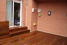 Tarima de madera natural y vallas en terraza particular