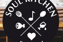 Soul Kitchen / Soul Kitchen își propune să adune (lunar) în jurul aceleiași mese oamenii care au ceva în comun: gustul pentru frumos, apetitul pentru conversații picante și obsesia de a încerca mereu lucruri noi. În bucătărie și în viață.  Învățăm unii de la alții să gătim, să degustăm și să împărțim cu oamenii din jur tot ce-i bun pe lumea asta. Bon appetit!