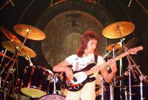 John Deacon met zijn Music Man Stingray uit 1976