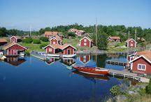 Zweden / Als vakantieland is Zweden bij het grote publiek (gelukkig?) nog niet zo bekend. En geheel onterecht, want voor de natuur- en geschiedenisminnende toerist heeft Zweden heel wat in petto: van natuurreservaten tot runenstenen en van historische steden tot uitgestrekte bossen. En ben je eenmaal een keer in Zweden geweest dan is de kans groot dat je meteen pippi på Sverige raakt… dol op Zweden.