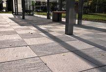 Helle Ravel / Elegant helle med struktur. Ravel er en elegant hagehelle med mange muligheter. Den børstede overflaten skaper et interessant mønster som framheves ytterligere om hellene vendes til ulike sider under legging. Hellens lyse fargenyanse er lett å kombinere med omgivelsene og øvrig belegningsstein og heller.  Hellen i 60 mm kan legges på gårdsplass for lettere kjøretøy. Hellene  i 80 mm tåler litt tyngre belastning. Husk at et godt grunnarbeid og velfylte fuger bidrar til en sterkere belegning