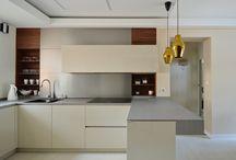 Ferranti kuchnie FL'7 / Kuchnia FL'7 to propozycja dla klientów lubiących nowoczesne, minimalistyczne formy. Mniej znaczy więcej. Uwagę zwraca prosty i surowy charakter kuchni. Biel doskonale komponuje się z przyjemnym, jasnym odcieniem dębu oraz frontami imitującymi beton.