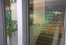 """Posztolj verset 2016 / 2016-ban látványosra sikerült a versposztolás a magyar költészet napján. A """"Posztolj verset az utcára"""" (http://posztoljverset.hu/)  megmozdulás keretében bárki ráírhatta kedvenc verse(it) a DEENK épületeire. Elképesztő mennyire népszerű volt a dolog."""