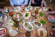 Zwyczaje wielkanocne Restauracja Akademia / Już niedługo Wielkanoc – dla jednych oznacza to chwilę wytchnienia i świętowanie w towarzystwie rodziny, a dla innych żmudne przygotowania i masę pracy. Jednak niezależnie od tego, do której z tych grup się zaliczasz, warto znać zwyczaje wielkanocne i potrawy, które według tradycji podaje się na wielkanocnym stole. http://restauracjaakademia.pl/