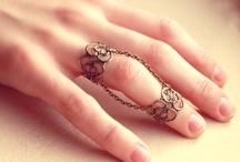 anillos,  pulseras y collares