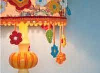 abajur, almofadas, flores,  arte em crochê