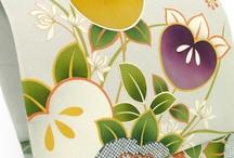 橘 / 【橘】 ①ミカン科の常緑小高木。日本原産唯一の柑橘類,四国・九州・沖縄に自生。初夏に芳香のある白色の五弁花を開く。果実は小さく,黄熟しても酸味が強く食用には向かない。紫宸殿の「右近の橘」は本種といわれる。ヤマトタチバナ。[季]秋。 「橘の花」の[季]夏。 ②古来,食用とされたミカン類の総称。非時香菓(ときじくのかくのこのみ)。 ③家紋の一。橘の花・実・葉をかたどったもの。