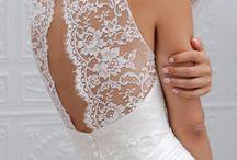 De dos aussi ! / Dans un mariage, on voit aussi la mariée de dos, souvent parfois :) J'adore la dentelle, les formes extraordinaires que les créatrices créent, et j'espère faire aussi bien pour la mienne ! :)