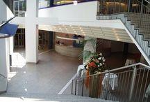 Schiller-Saal / Die helle und freundliche Atmosphäre im Schiller-Saal ist der perfekte Rahmen für Veranstaltungen mit bis zu 400 Teilnehmern. Je nach Bedarf lassen sich Bühne und Bestuhlung flexibel verändern, um den Teilnehmern eines Kongresses eine passende Location zu bieten.