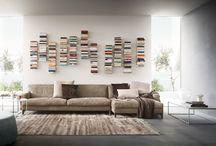 Complementi- Press / Press è un porta libri da parete in metallo verniciato con mensoline riposizionabili.