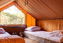 Tendi lodgetent met badkamer / De lodgetenten van 44 m2 zijn compleet ingericht en zijn voorzien van een badkamer, een houten vloer, keukenunit met 4 pits gasfornuis, koelkast met vriesvakje, veranda en de bedden zijn bij aankomst al opgemaakt.