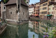 Városrész a vízen. / Az épületek egy része a múltra tekint.