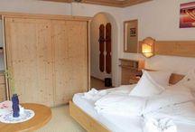 Die Zimmer im Hotel Schwarzer Adler / Die Hotelzimmer sind gemütlich, stilvoll und traditionell gehalten. Die natürliche Atmosphäre strahlt puren Wohnkomfort aus und die Fußböden aus Eichenholz schaffen ein angenehmes Raumklima. Ankommen und Wohlfühlen, das schreibt man im Hotel Schwarzer Adler in Nauders groß.