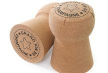 XL CORK / Pop e decisamente frizzante: sono queste le caratteristiche principali dei prodotti firmati XLCORK, giovane azienda inglese nota per i suoi oggetti e complementi d'arredo che riproducono fedelmente tappi di champagne e prosecco.