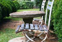 Klein tafeltje met stoelen op terras