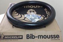 Mousse Michelin M-15 / Que es un mousse?? En Motoshop te lo contamos. La mayoría al pensar en esta palabra nos imaginamos un apetecible postre. Pero en realidad es a día de hoy el sistema anti pinchazos más fiables que existe. El mousse de Michelin está compuesto por celdas de nitrógeno a baja presión en una goma de consistencia media. Sustituye a la tradicional cámara interior de los neumáticos en motos de enduro, Cross o rally. Solo se puede usar en competición ya que su uso en la vía pública está prohibido.