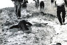 Represión / Al golpe de Estado del 17 y 18 de julio siguió de forma casi inmediata una brutal represión ejercida desde ambos bandos que, persiguiendo la eliminación física del adversario, produjo decenas de miles de muertes. La estimación de víctimas mortales a consecuencia de la represión puede cifrarse en unas 50 000 asesinadas en la retaguardia republicana y unas 150000 asesinadas en la la zona sublevada y victoriosa.