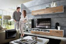 Obývací stěna / Obývací stěna se stala jednoznačným favoritem pokud jde o vybavení obývacích pokojů – a rozhodně ne bezdůvodně. Je nejen stylová, vyznačuje se především svou flexibilitou. Zaručujeme Vám navození poklidné atmosféry.  Neztrácejte Váš drahocenný čas a pátrejte po nových exemplářích tady u nás na milujemebydleni.cz.