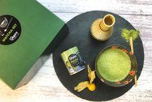 """Bio Veganz Matcha Grünteepulver / Matcha - der Trend aus Japan ist eine tolle Alternative zu Kaffee. Das """"grüne Gold"""" regt an, ohne aufzuregen. Matchapulver kann in Wasser als Tee aufgegossen oder als Matcha Latte mit deinem Lieblingspflanzendrink genossen werden. Der grüne Tee ist ein wahrer Alleskönner, der sich auch zum Backen oder Verfeinern von Smoothies, Kuchen und Eis eignet."""