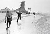 Elfstedentocht en molens / De Elfstedentocht is een bijna 200 kilometer lange schaatstocht over natuurijs langs elf plaatsen in Friesland die ooit stadsrechten hebben verkregen. Leeuwarden, de hoofdstad van Friesland, is vanouds de start- en aankomstplaats. De Elfstedentocht werd voor het eerst in 1909 gereden en wordt maximaal eenmaal per winter gehouden. De tocht kan alleen georganiseerd worden als de toestand van het ijs het toelaat. In totaal werd de tocht vijftien maal verreden. De laatste tocht vond plaats in 1997.