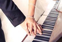 Músicas para Casamentos / A música vai muito além de um detalhe da cerimônia e da festa, a música tem a função de complementar os momentos marcantes e emocionantes do casamento, ela é capaz de levar quem a ouve para outro lugar, transportando nossos pensamentos para algum momento que nos marcou, despertando a emoção dos noivos e convidados.