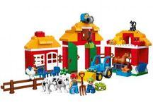 Jucarii Lego Duplo / Rolul principal al LEGO® DUPLO® este de a oferi copilului tău șansa de a construi, crea și de a se dezvolta prin descoperirea atâtor moduri de joacă! Ferma cu gradina, grajd pentru cai si animale diverse pentru copii.