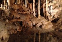 Monumentale groeven en grotten / Groeven en grotten hebben een natuurlijke en een menselijke component. De ene keer overheerst het natuurlijke, de andere keer de menselijke ingreep. Soms zijn er monumentale kunstwerken te bewonderen.  Zie ook: http://ifthenisnow.nl/nl/agenda/jezuietenberg-open-monument-januari-2015