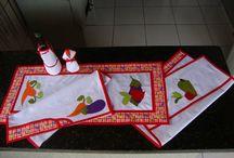 Kit's de cozinha bordados / Kit's para cozinha feitos sob encomenda e bordados com aplicações
