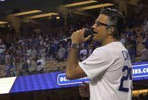 Jaiminho cantando no jogo do Dodgers LA