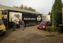 Logistiek / In Sleeuwijk ligt de GAiN distributieloods waar kleding en (afgeschreven) goederen worden verzameld, gesorteerd en opgeslagen. Via een bakwagen worden veel goederen uit heel Nederland opgehaald en met een grote zwarte trailer krijgen de goederen een tweede bestemming.