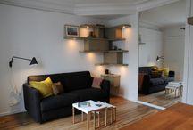 20m² - Paris 9ème / Placards suspendus, penderie, bureau et coin repas intégrés participent entièrement à la décoration de ce studio dédié à la location.   Un petit nid perché au 6e étage où tout trouve sa place en harmonie.