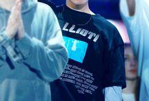 Jung Hoseok / Stage name: J-hope (제이홉) Nome: Jung Hoseok→ Hangul: 정호석 Apelidos: Hope, Smile Hoya Posição no grupo: Rapper guia e dançarino principal.
