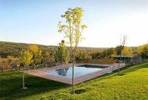 Piscina y deportes Campamentos de inglés GMR / Las instalaciones de nuestros campamento dispone de cancha de Baloncesto,  campo de Fútbol, Voley, Rocódromo, Tirolina, Bailódromo y Piscina.