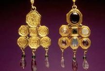 Oro / Piezas, generalmente bizantinas, realizadas en oro y piedras, así cualquier pieza realizada con la técnica del dorado al agua