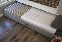 postel v podiu