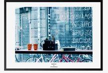 Foto print / Plakater med foto print. Vi elsker plakater og foto print er ingen undtagelse. Foto print ændres meget alt efter valg af ramme og omgivelser. Vi har en tendens til ofte at vælge illustrationer, men foto print gør rummet helt anderledes og mere levende.