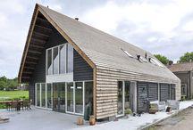 Houten woonhuis / De vorm van de moderne houten woning is geïnspireerd door de voormalige woonboerderij op zich op de locatie bevond. Rogier en Ingeborg wilden graag een robuust interieur met een open ruimte beleving en staken zelf regelmatig de handen uit de mouwen tijdens de bouw.