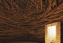 Andy Goldsworthy / Andy Goldsworthy  (* 26. července 1956) je britský sochař, fotograf žijící ve Skotsku, kde také vytváří většinu svých do přírody umístěných uměleckých děl. Při tvorbě používá v přírodě nalezené materiály a z nich se rodí objekty úzce spojené s místem vzniku (site-specific). Jeden z čelných představitelů land artu.