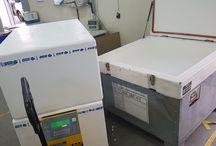 Transport w suchym lodzie artykułów spożywczych / Firma OCS Polska realizuje transport artykułów spożywczych w suchym lodzie zarówno poprzez transport drogowy jak i lotniczy. Transport artykułów spożywczych realizowany jest w opakowaniach, które są dostosowane do transportu w suchym lodzie. Suchy lód jest używany w transporcie, jako doskonałe chłodziwo od dziesięcioleci.  Produkty spożywcze transportowane są w stanie głębokiego zamrożenia lub zamrożonym.