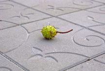 Helle Kaprifol / Romantiske blomsterranker på vår suksesshelle. Dekorhellen Kaprifol er mer enn bare en belegning. Hagehellen Kaprifol ble en selvskreven favoritt allerede fra start. Betonghellene har en romantisk pregning i form av stiliserte blomsterranker  Vri dem rundt, og skap nye mønstre. Alle hellene er like, men ved å vi og vende på dem og gi blomsterrankene ulike startpunkter, skapes ulike mønster