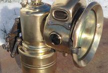 Karbidlampen / Schönheiten aus einer längst vergangenen Zeit.  Für Fahrrad und Leichtmotorrad.  Anfang des 20. Jahrhunderts.  Die Lampen wurden allesamt in einem desolaten Zustand gefunden und mit viel Freude wieder aufgepäppelt.