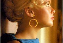 jayne mansfield / ayne Mansfield, nata Vera Jayne Palmer (Bryn Mawr, 19 aprile 1933 – New Orleans, 29 giugno 1967), è stata un'attrice statunitense.  Considerata per un lungo periodo una sex symbol, celebre per la sua capigliatura biondo platino e per il suo profilo, raggiunse la fama negli anni cinquanta seguendo - anche sulle pagine di Playboy - la scia delle pin-up aperta da Marilyn Monroe, sua grande rivale.