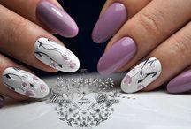 lila virágos körmök