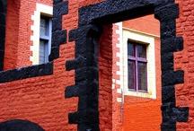 Toits et briques rouge ambiance théâtre