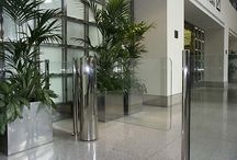 Automatische draaipoorten voor fysieke toegangscontrole / toegangsmanagement / Onze draaipoorten op het gebied van fysieke toegangscontrole kenmerken zich door een aantrekkelijk en modern design gecombineerd met glas en duurzame materialen, waardoor deze moeiteloos geïntegreerd kan worden in iedere ruimte. Het is geschikt voor representatieve ontvangstruimtes waar het personenverkeer gecontroleerd kan worden door bijvoorbeeld de receptie.